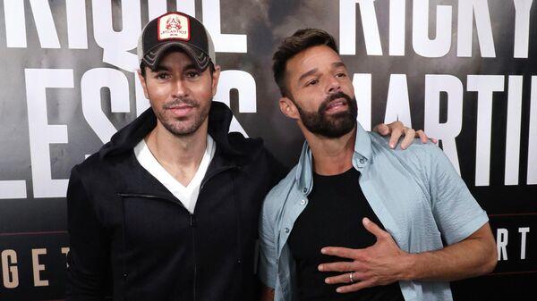 Энрике Иглесиас и Рики Мартин прибывают на пресс-конференци в отеле The London West Hollywood.  4 марта 2020