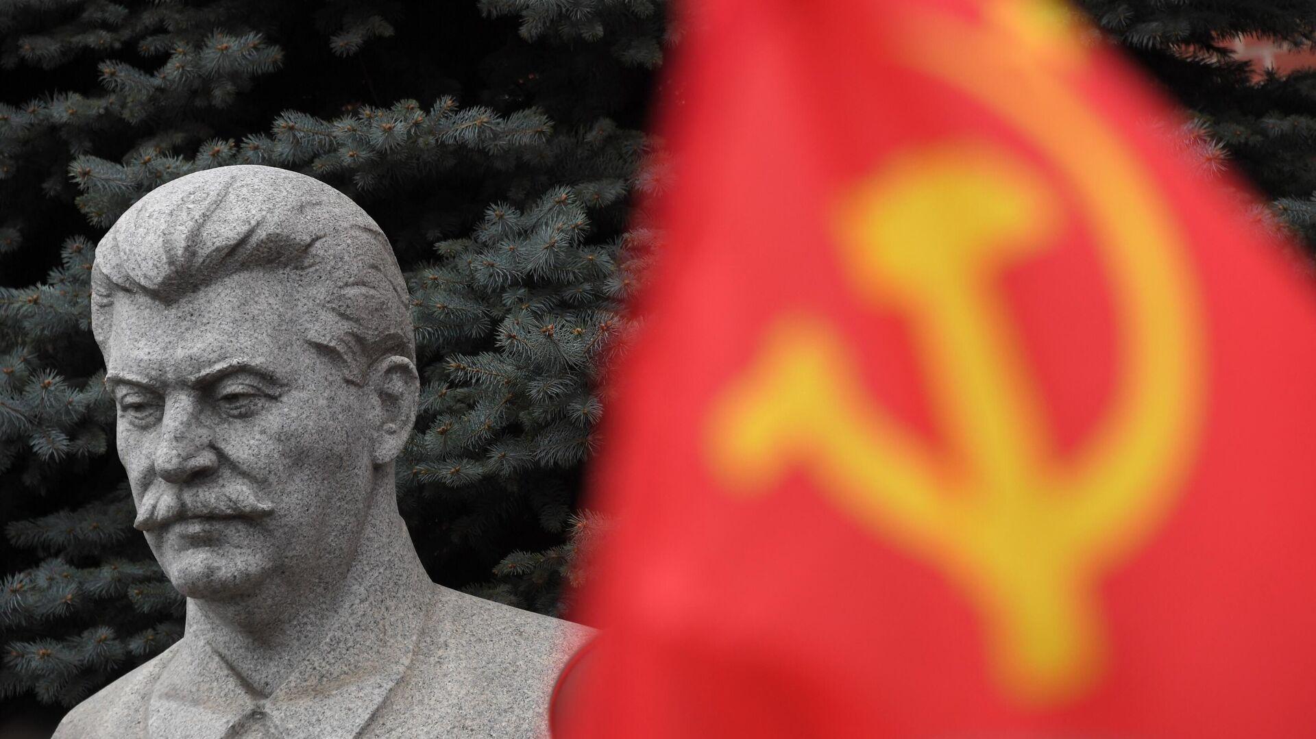 Бюст И. В. Сталина на могиле у Кремлевской стены в Москве - РИА Новости, 1920, 11.09.2020