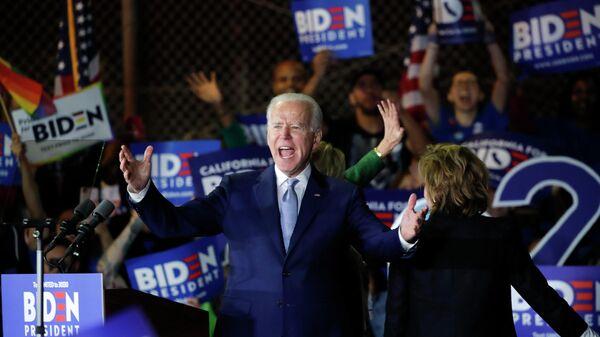 Кандидат в президенты США от Демократической партии и бывший вице-президент Джо Байден во время выступления на предвыборном митинге в супервторник в Лос-Анджелесе