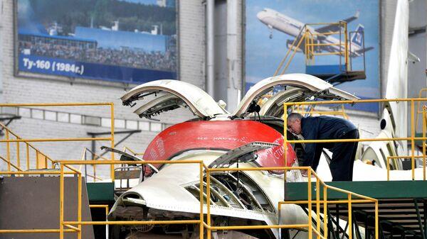 Стратегический бомбардировщик ТУ-160 в цехе Казанского авиазавода