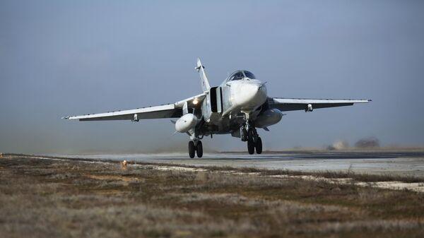 Бомбардировщик Су-24М во время летно-тактических учений в Волгоградской области