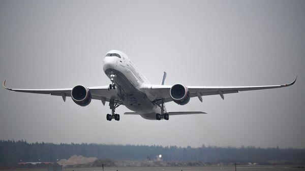 Самолет Airbus A350-900 во время взлета в Международном аэропорту Шереметьево