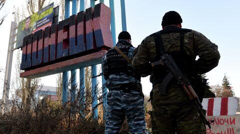 Ополченцы у стелы на въезде в Донецк