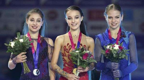 Слева направо: Алена Косторная, Анна Щербакова и Александра Трусова