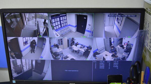 Монитор видеонаблюдения в обновленном полицейском участке в Перми
