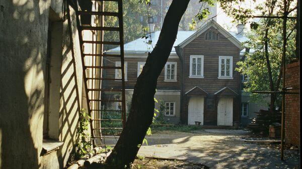 Здание Дома-музея Александра Николаевича Островского (на дальнем плане) на улице Малая Ордынка.