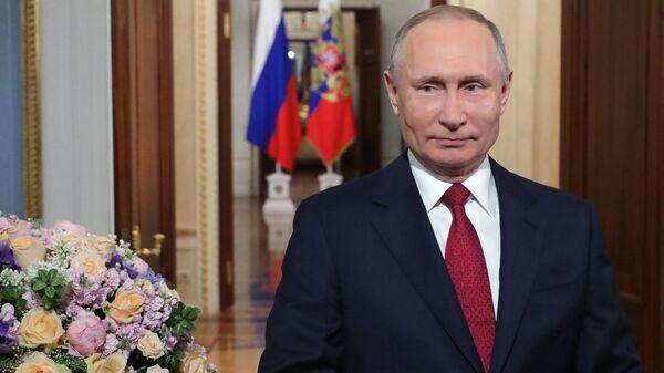 Президент России Владимир Путин во время поздравления женщин России с праздником - Международным  женским днем. 8 марта 2020