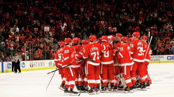 Хоккеисты Детройт Ред Уингз празднуют победу в матче НХЛ над Тампа-Бэй Лайтнинг