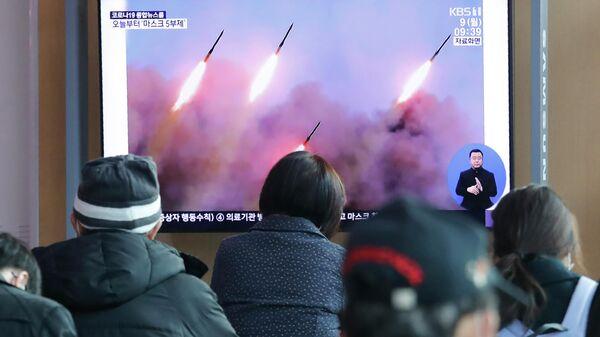 Люди смотрят новости в сеульском метро о запуске ракет в КНДР