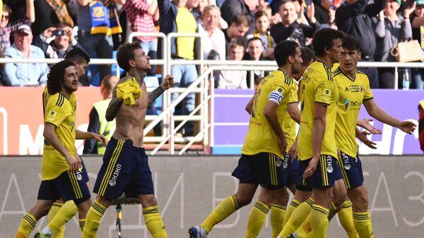 Футболисты Ростов радуются забитому мячу Павла Мамаева (второй слева)