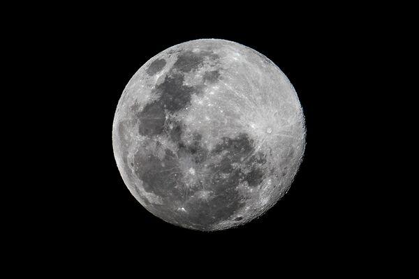 Луна в небе над в Панама-Сити