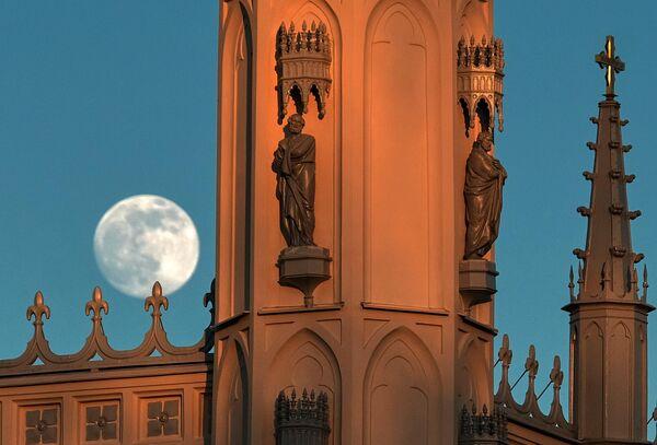 Луна над церковью святого Александра Невского в парке Александрия в Петергофе