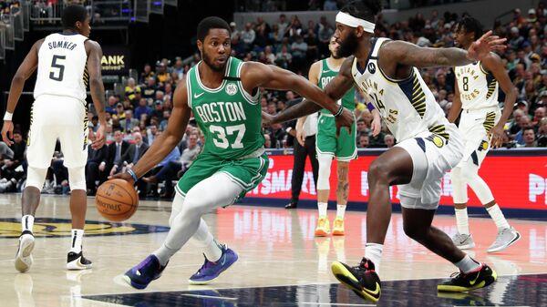 Нападающий Бостон Селтикс Шеми Оджелей в матче НБА проти баскетболиста Индианы Пэйсерс Джакара Сампсона