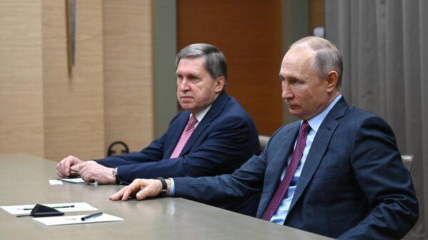 Президент РФ Владимир Путин и помощник президента РФ Юрий Ушаков во время встречи с генеральным секретарем ОДКБ Станиславом Засем