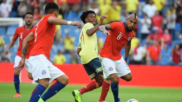 Хавбек сборной Колумбии Хуан Куадрадо и полузащитник сборной Чили Артуро Видаль