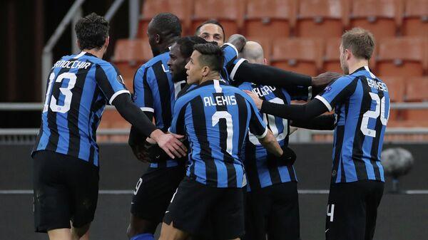 Футболисты Интера празднуют гол в ворота болгарского Лудогорца