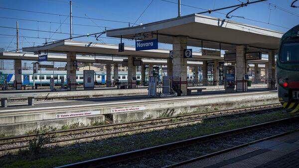 Пустая железнодорожная платформа в Новаре