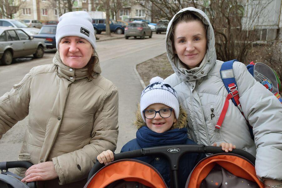 Родившая тройню жительница Воронежа Наталья Стороженко, с детьми