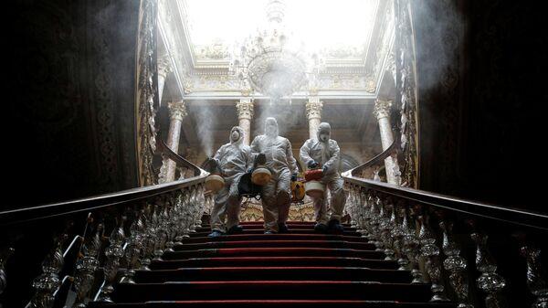 Рабочие в защитных костюмах дезинфицируют дворец Долмабахче в Стамбуле