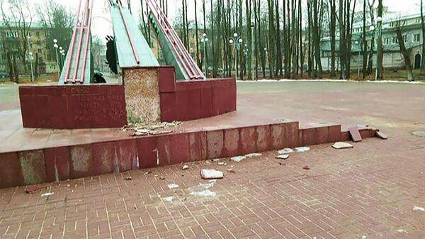 Поврежденный мемориал гвардейскому миномету Катюша, расположенный на аллее Героев в Электростали