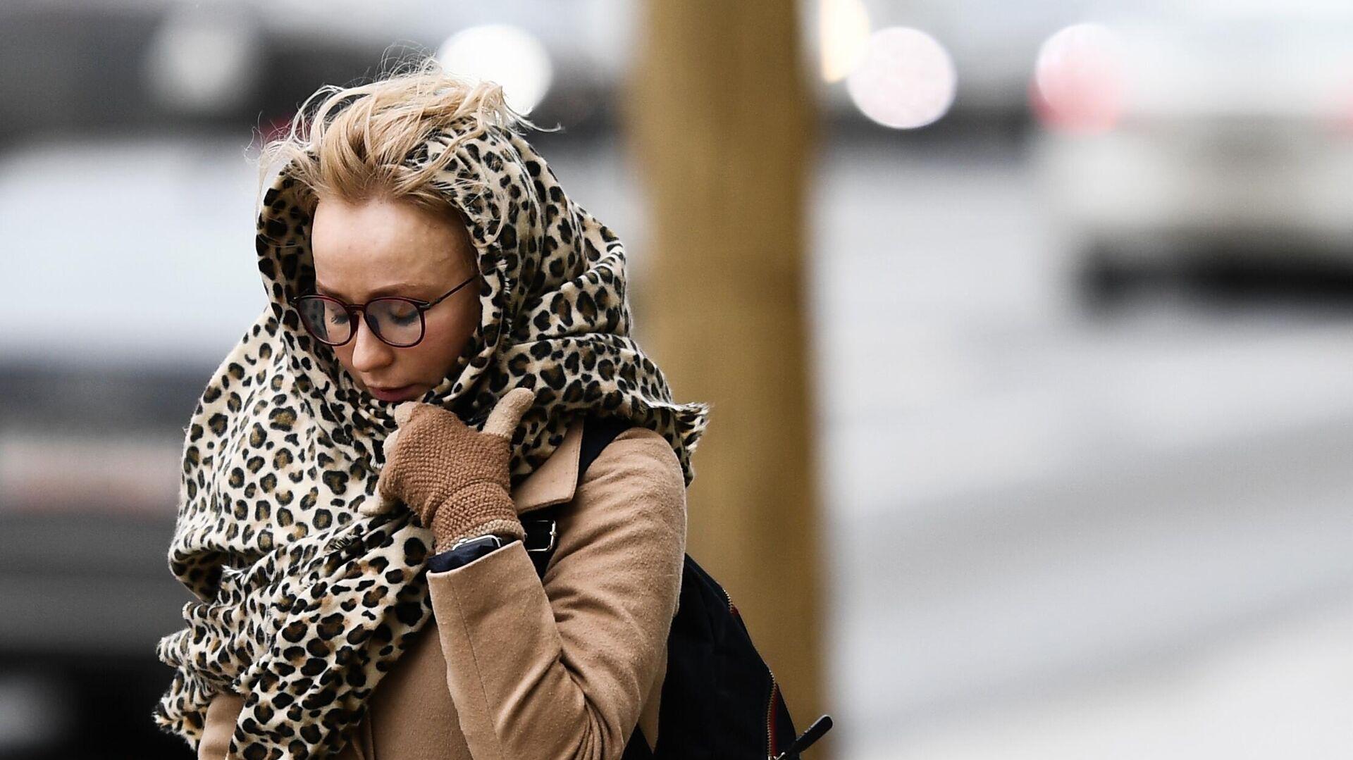 Женщина идет по улице под порывами ветр - РИА Новости, 1920, 21.11.2020