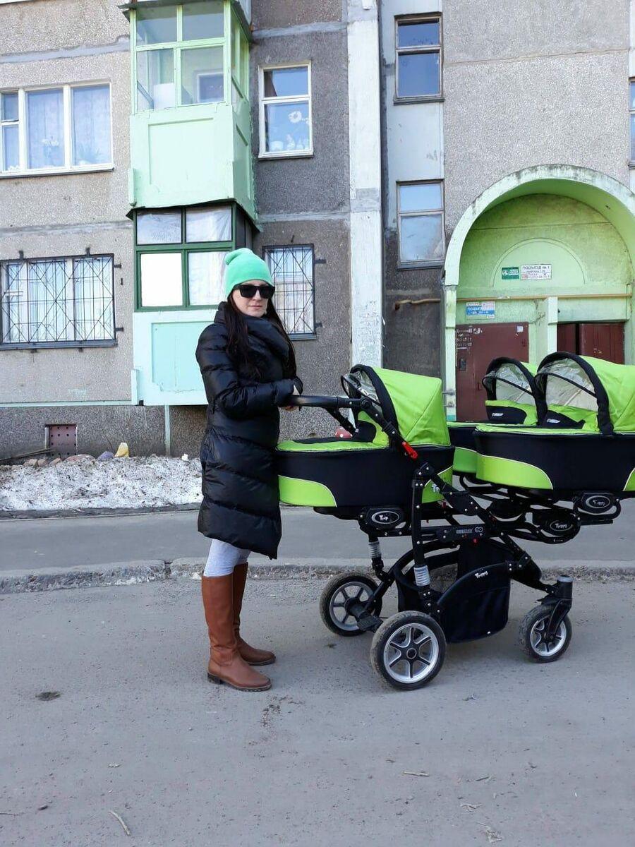 Наталья на прогулке с тройней