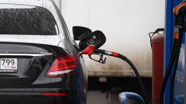 Заправка автомобиля на АЗС Газпромнефть в Москве