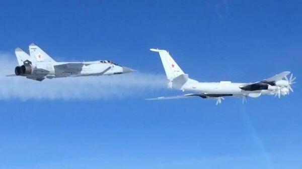 Кадры полета ТУ-142 ВКС России над Тихим и Северным Ледовитым океанами