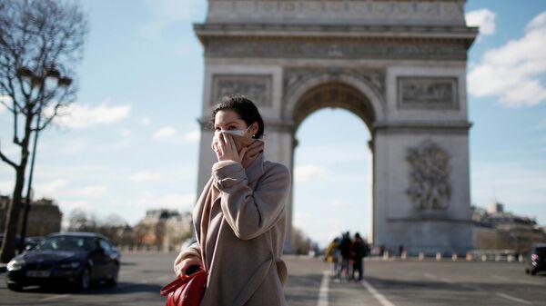 Женщина у Триумфальной арки в Париже