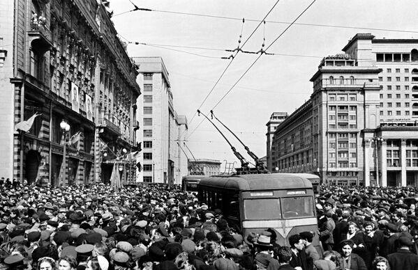 9 мая 1945 года. У здания американского посольства на Моховой улице в Москве