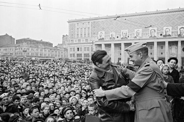 Встреча с американским военным на митинге в Москве на площади Маяковского 9 мая 1945