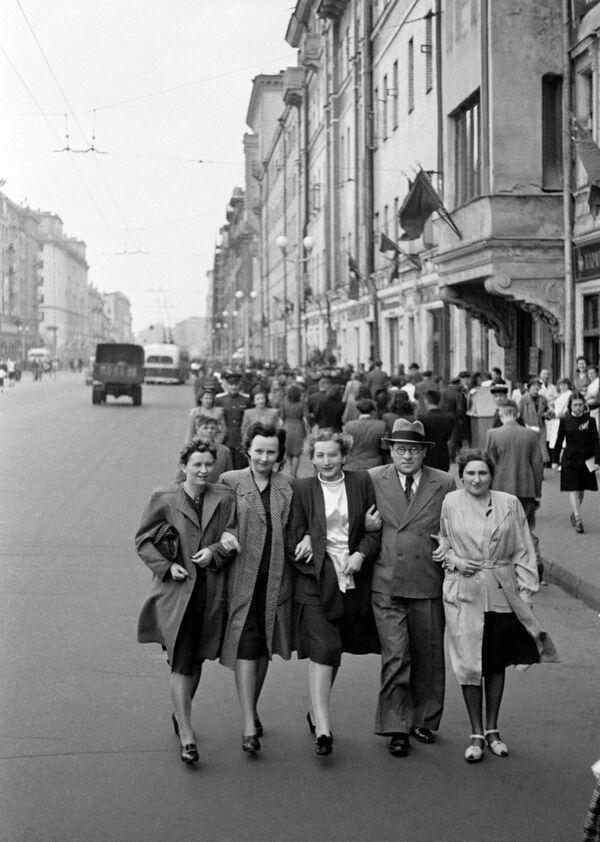 Москвичи на улице Горького (Тверская). 9 мая 1945 года