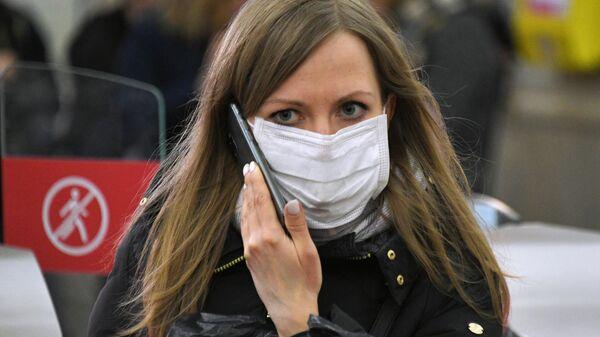 Девушка в медицинской маске на одной из станций Московского метрополитена