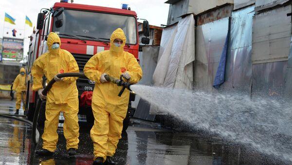 Сотрудники службы Украины по чрезвычайным ситуациям проводят санитарную обработку на рынке в Хмельницком