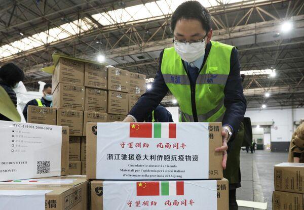 Сотрудники международного аэропорта в Ханчжоу готовят к отправке в Италию медицинские товары для оказания помощи в борьбе с распространением коронавируса