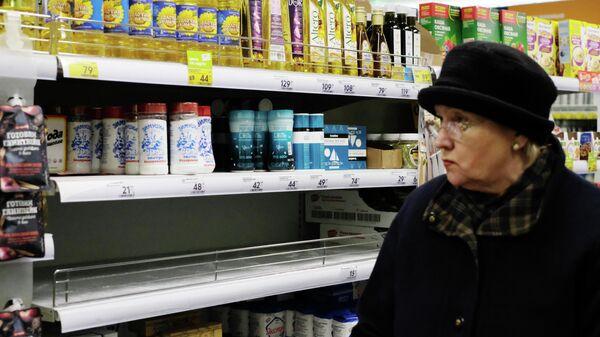 Покупательница в продуктовом магазине Москвы