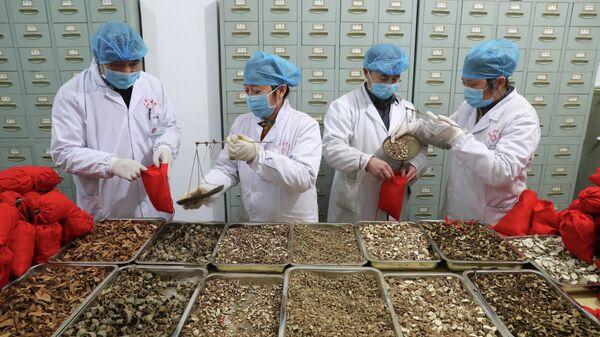 Медицинские работники больницы ТКМ подготавливают препараты для борьбы с коронавирусом в Фучжоу