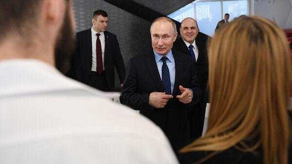 Президент РФ Владимир Путин во время знакомства с работой информационного центра по мониторингу ситуации с коронавирусом в Москве