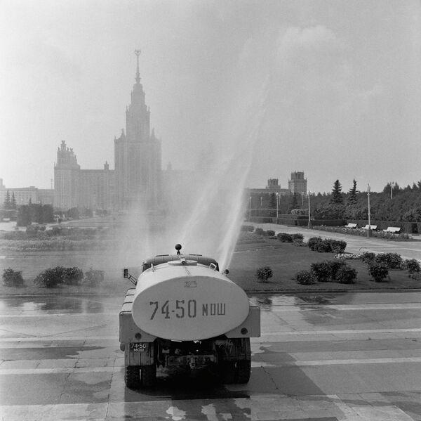 Поливальная машина около МГУ (Московский Государственный университет) в Москве