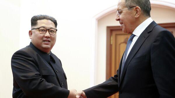 Министр иностранных дел РФ Сергей Лавров (справа) и глава КНДР Ким Чен Ын на встрече в Пхеньяне