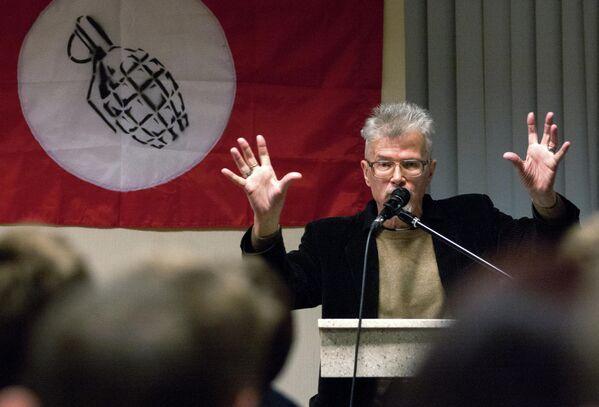 Писатель и лидер незарегистрированной партии Другая Россия Эдуард Лимонов во время собрания Левого фронта