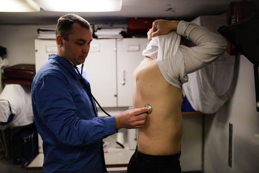 Начальник медицинской службы атомной подводной лодки Северодвинск за работой