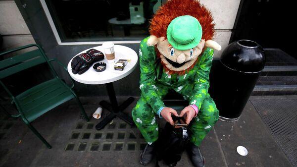 Человек в маскарадном костюме в Дублине в День святого Патрика