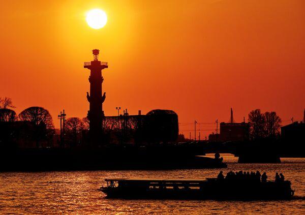 Закат с видом на стрелку Васильевского острова с Дворцовой набережной в Санкт-Петербурге