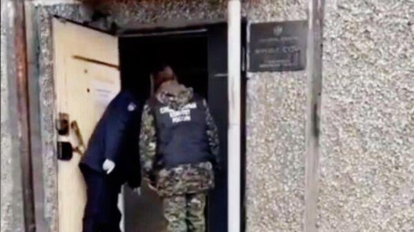 Сотрудники правоохранительных органов у здания суда в Первоуральске, где произошло убийство. Стоп-кадр видео