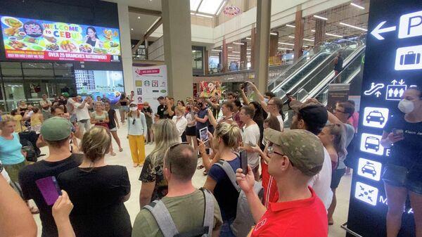Российские туристы застрявшие на Филиппинах. Стоп-кадр видео
