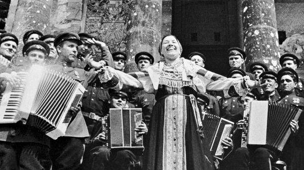Народная артистка РСФСР Лидия Русланова выступает с концертом перед советскими воинами на ступенях рейхстага
