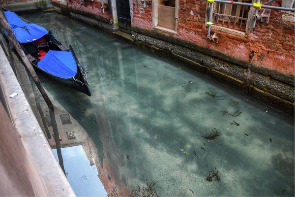 Гондола в канале Венеции