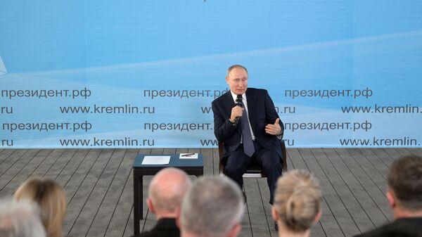 Президент России Владимир Путин во время встречи с общественностью в музейно-выставочном комплексе Константиновская батарея в Севастополе