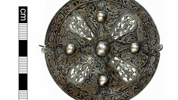Раннесредневековая серебряная брошь